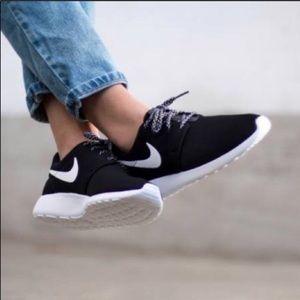 Black White Nike Roshe One Sneakers NEW 6